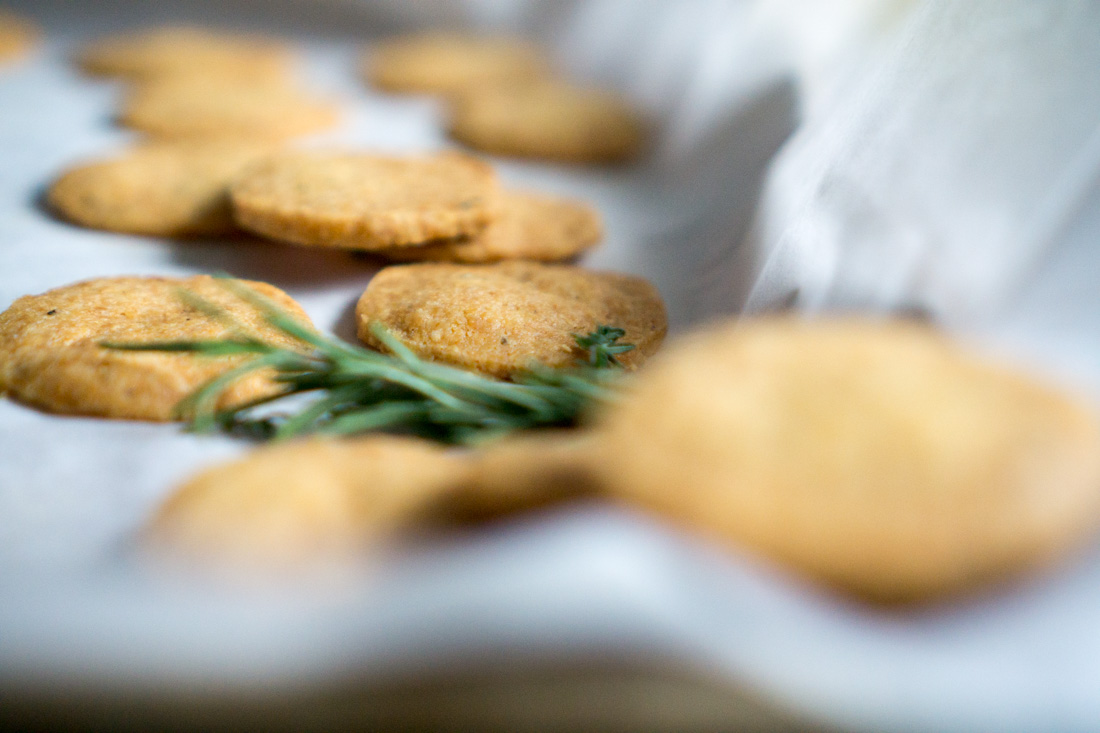 Parmesan shortbread crackers nommymommy i wanted these crackers to taste intensely cheesy perfumed with herbs and with a little zing from the black and white peppers solutioingenieria Gallery
